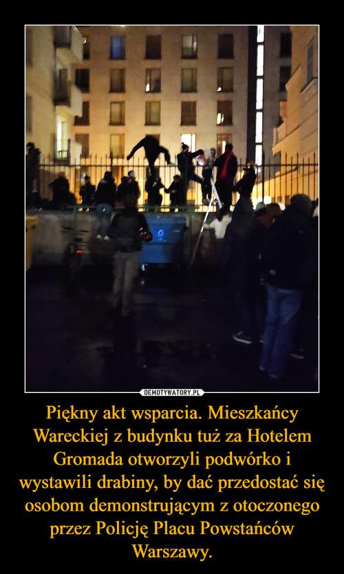 Piękny akt wsparcia. Mieszkańcy Wareckiej z budynku tuż za Hotelem Gromada otworzyli podwórko i wystawili drabiny, by dać przedostać się osobom demonstrującym z otoczonego przez Policję Placu Powstańców Warszawy.