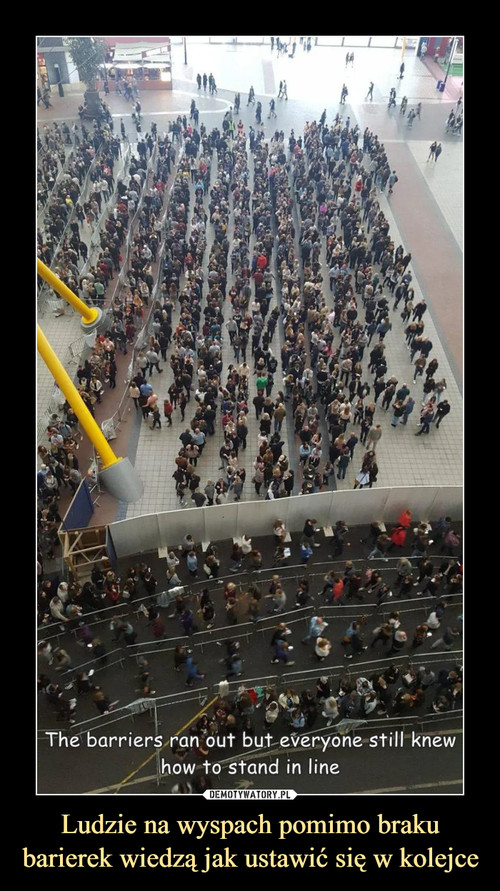 Ludzie na wyspach pomimo braku barierek wiedzą jak ustawić się w kolejce